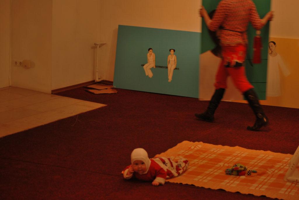Tütrega oma näitust püstitamas. Nii kiire uus elu, et võttis pildi uduseks. 2009, Pärnu Uue Kunsti Muusem