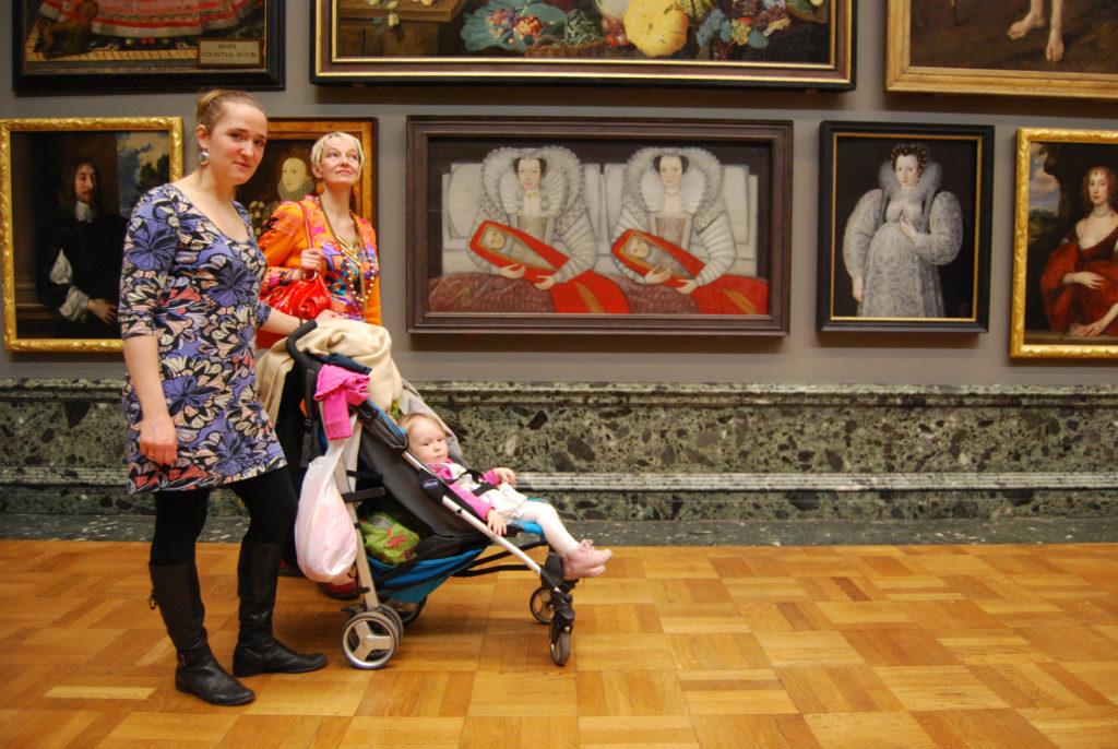 Teemakohaseid maale uurimas koos Leena Ljutjukiga, Tate Britan London. 2011