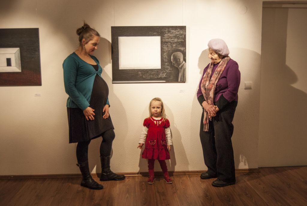 Haus galeriis oma näitusel koos tütre ja vanavanaema Ira-Štšukinaga. 2012